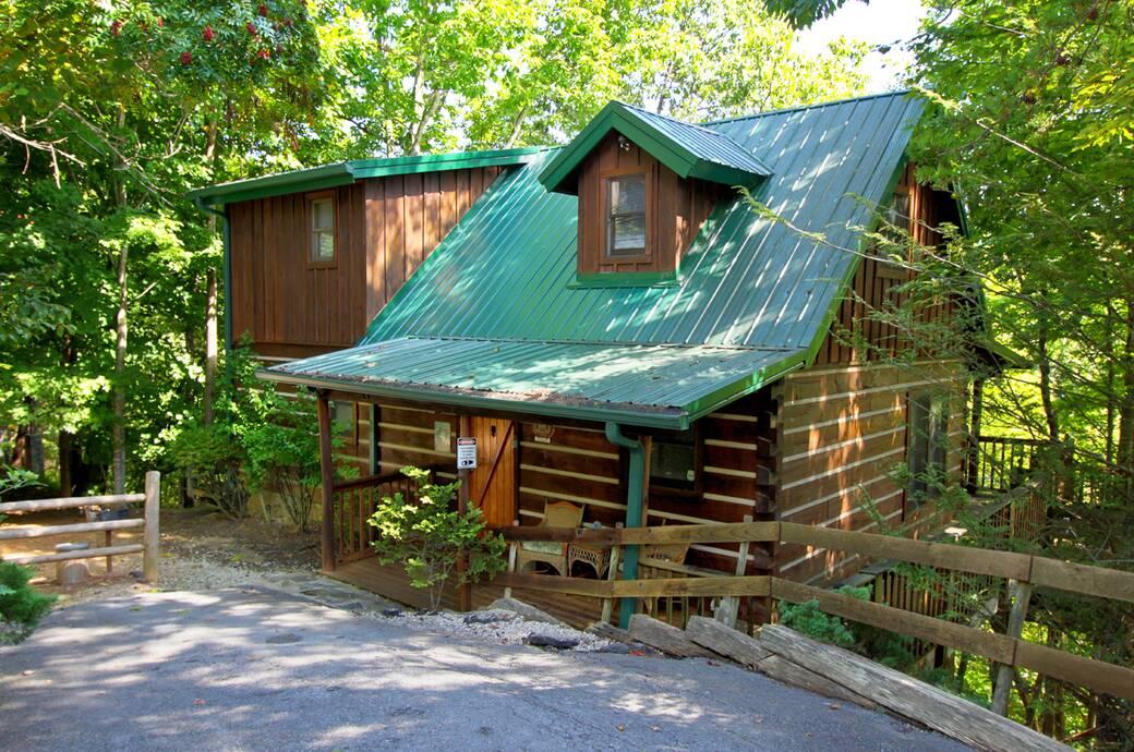Mountain mischief 2 bedroom cabin rental in sevierville tn for 8 bedroom cabins in gatlinburg tn