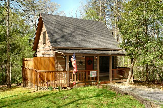 Gatlinburg Cabin Rentals_Sleepy Bear_covered porch