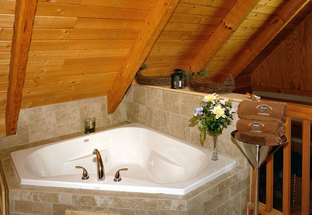 Gatlinburg Cabin Rentals_Sleepy Bear_jacuzzi tub