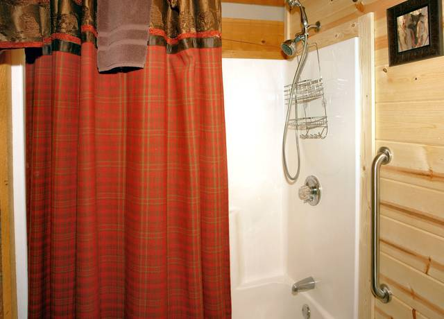 Gatlinburg Cabin Rentals_Sleepy Bear_tub shower