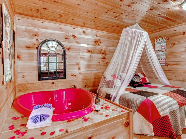 Honeymoon Cabin with round bed