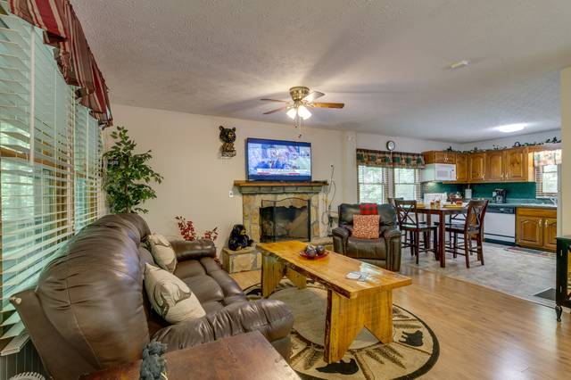Spacious open living area with 4 recliners