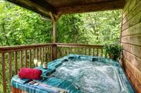 HOT TUB (SUMMER) at DREAMWEAVER in Gatlinburg TN