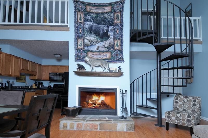 Mountain Cruisin' condo living area | Diamond Mountain Rentals