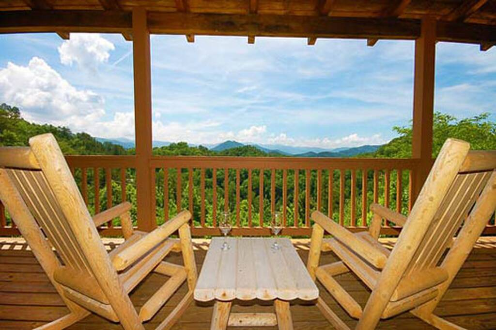 Black bear lodge 4 bedroom vacation cabin rental in pigeon for Luxury pet friendly cabins pigeon forge