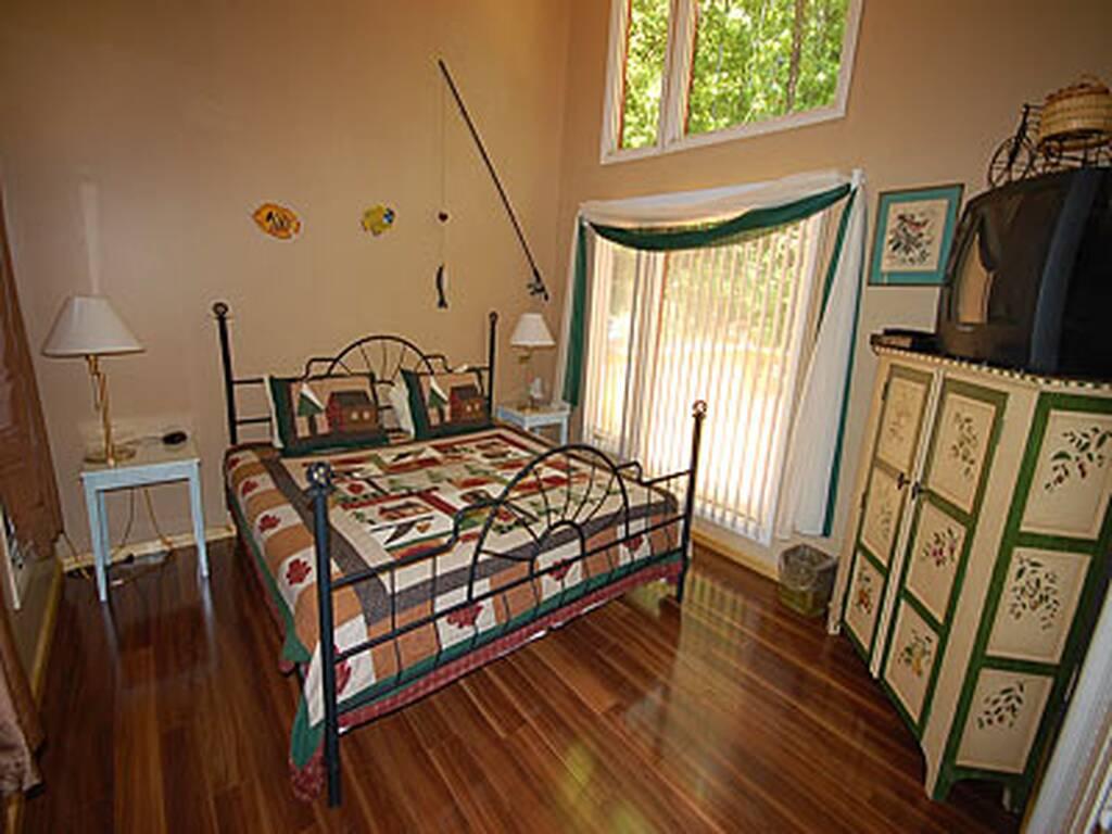 King bedroom w/TV