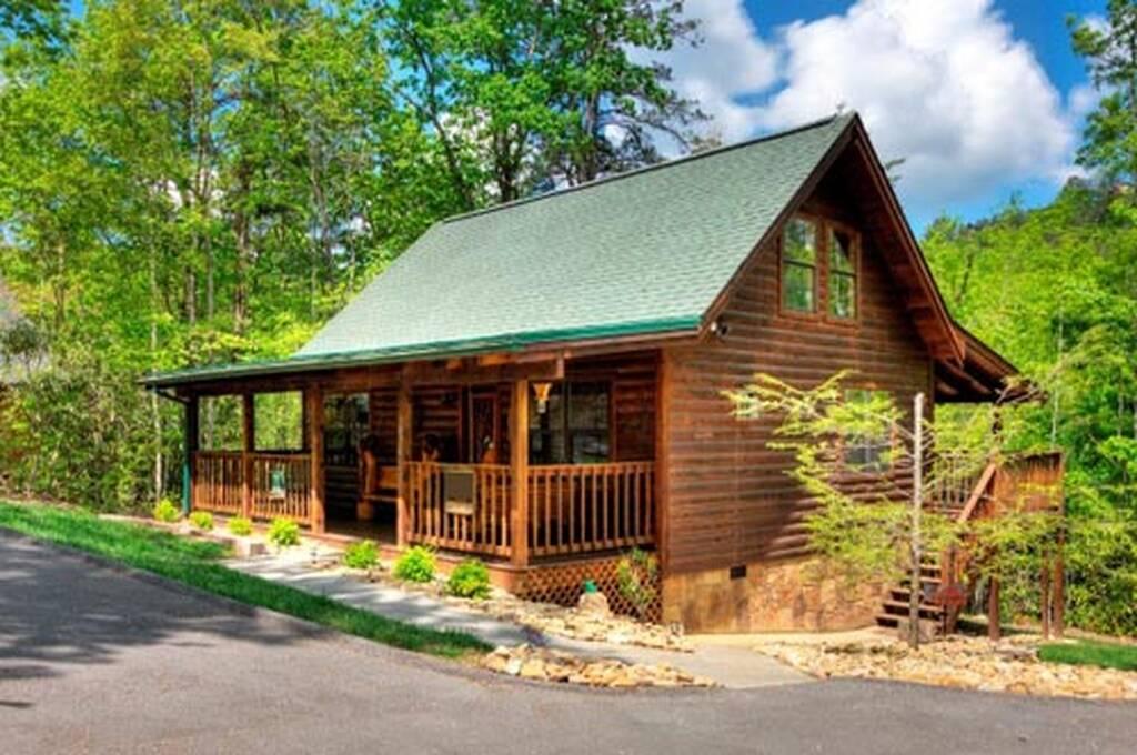 Great outdoors cabin rentals beary cozy den for Cozy cabins rentals