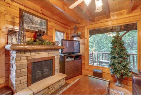 A RUSTIC RETREAT 2 Bedroom Cabin Rental