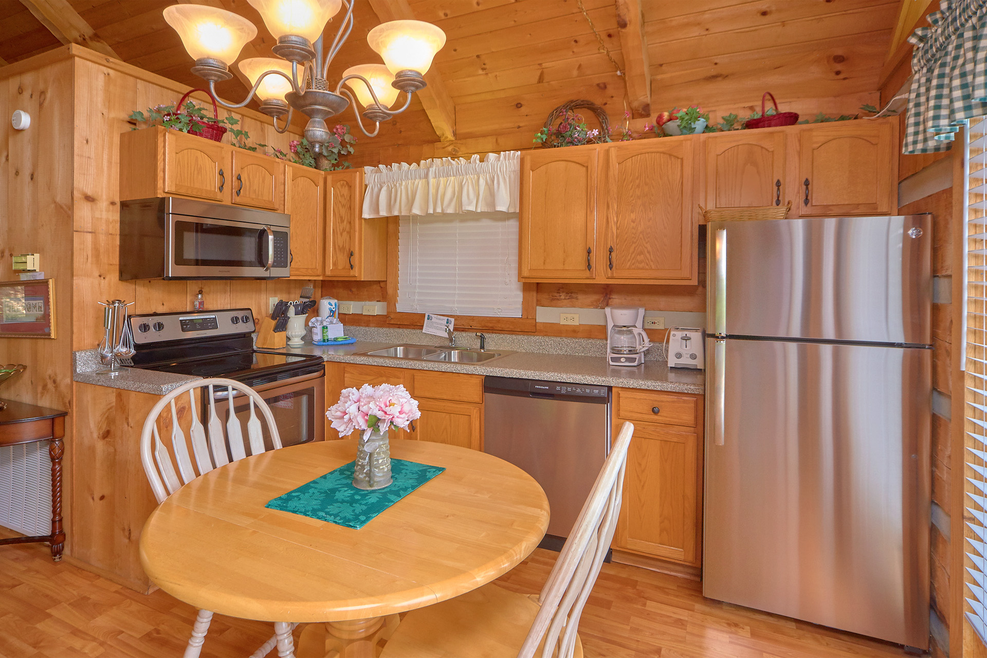 Moonlight Amp Roses 1 Bedroom Cabin Located In