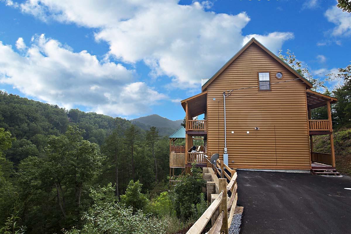Smoky mountain getaway 3 bedroom cabin located in for 3 bedroom cabins in smoky mountains