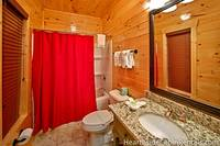 Full en-suite bathroom at Majestic View Lodge