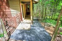 Pet friendly 1 bedroom cabin in between Gatlinburg and Pigeon Forge