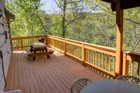 Back Deck with Table and Grill - Heartland Cabin Rentals - 3 bedroom Chalet