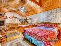 Bedroom with jacuzzi tub - 2 Bedroom cabin near Pigeon Forge