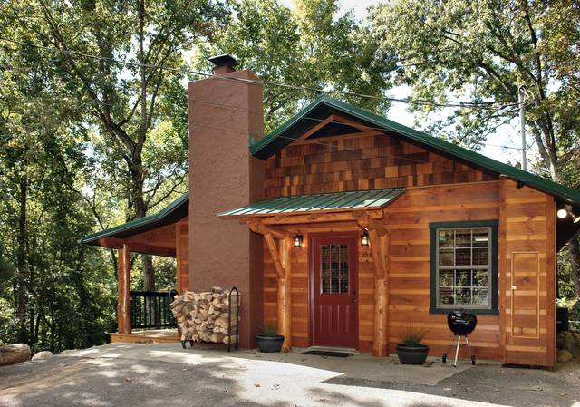 This new cabin located about 1 mile from downtown Gatlinburg offers 2 bedrooms