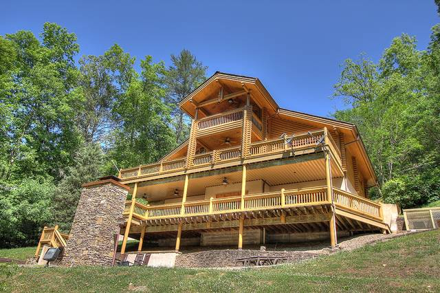Oak creek lodge gatlinburg tn great floors of decks on for Large cabin rentals in tennessee