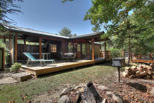 Little bear creek 1 bedroom cabin at parkside cabin rentals for Little bear cabin in gatlinburg tn