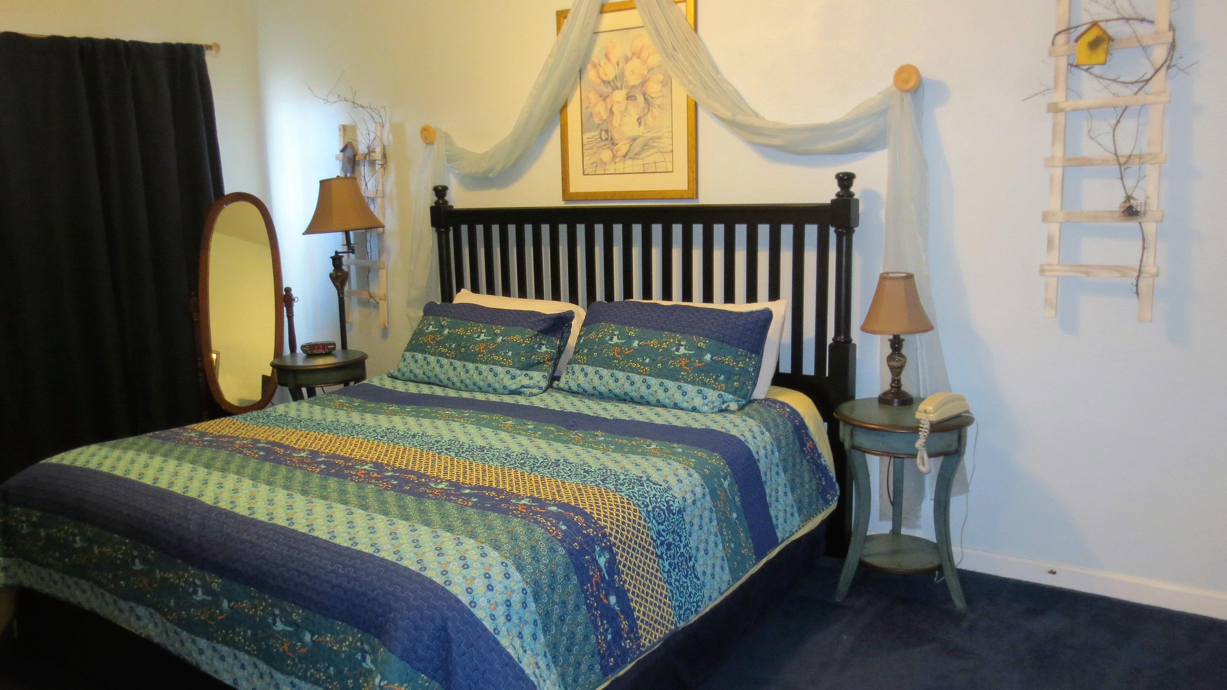 50 birdhouse inn 4 bedroom 4 bath chalet in gatlinburg master bedroom with king bed