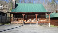 2 Gone Fishin 3 bedroom log cabin within walking distance to dowtown Gatlinburg