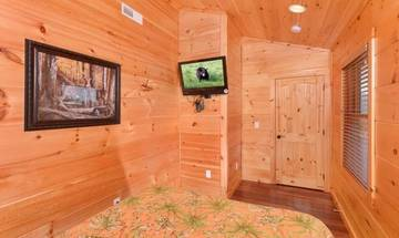 Smaller of the cabin bedrooms.