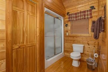 Master bath at 4 Paws cabin rental.