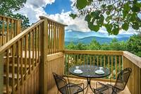 Mountain Majesty 2 bedroom cabin in  Located about 5 minutes from the strip in Gatlinburg off the Dudley Creek Bypass