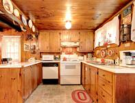 Annie Oakley Cabin 3 bedroom cabin in  Located 2 miles from Glade's Road and the Arts and Crafts Trail, about 5 miles to downtown Gatlinburg.